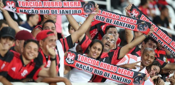 Torcida do Flamengo em jogo no Engenhão; time quer redução para fechar pacote