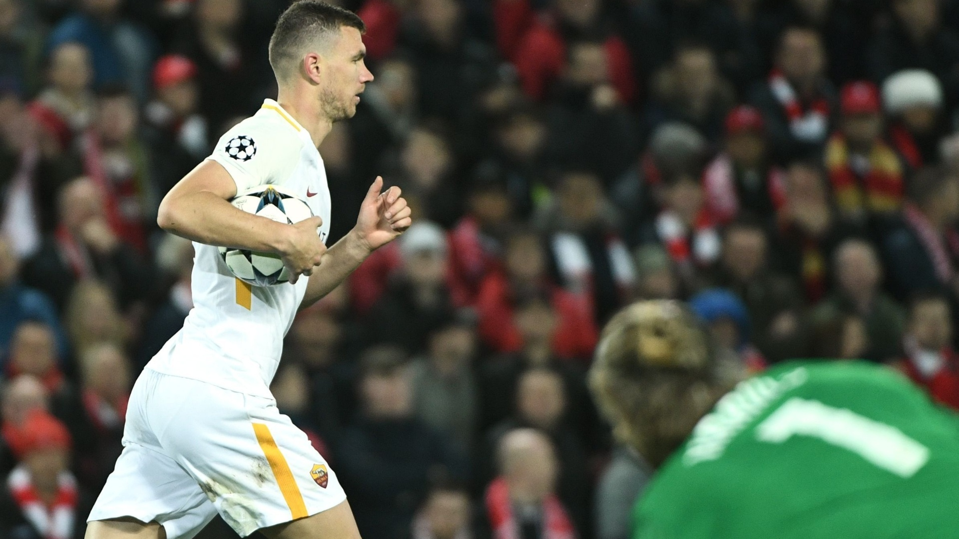 Edin Dzeko após marcar o primeiro gol da Roma contra o Liverpool
