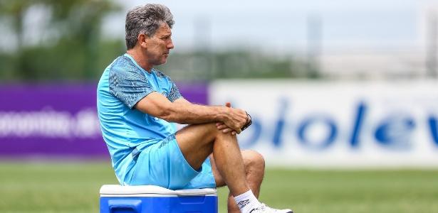 Renato Gaúcho observa treino do Grêmio; treinador vai analisar lista de reforços - Lucas Uebel/Grêmio