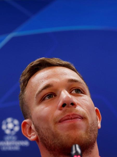 Arthur, durante entrevista coletiva antes de jogo do Barcelona na Liga dos Campeões - REUTERS/Susana Vera