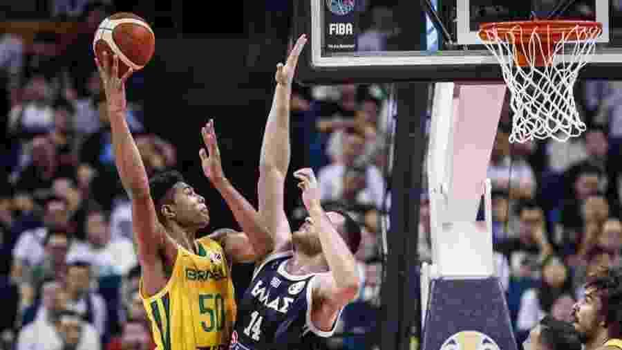 Caboclo durante partida contra a Grécia  - Divulgação/FIBA