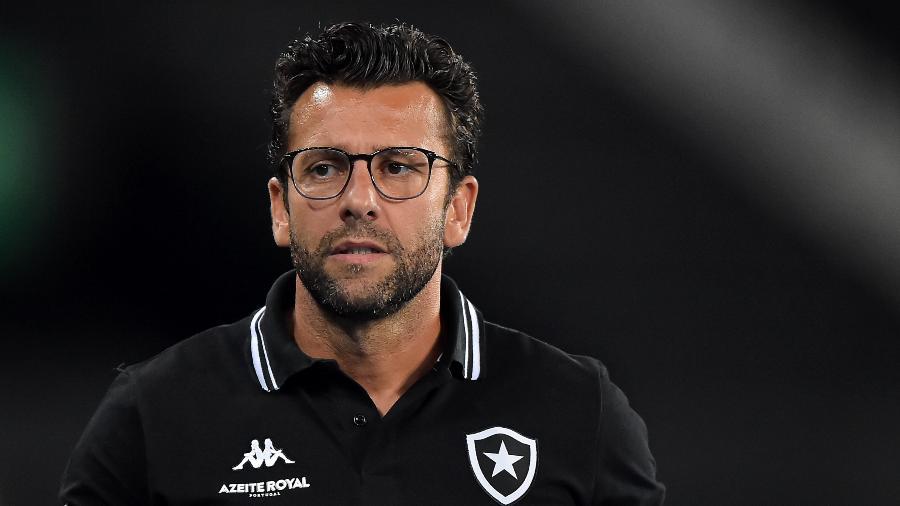 Alberto Valentim não é mais técnico do Botafogo. Treinador foi demitido após derrota para o Fluminense - Thiago Ribeiro/AGIF