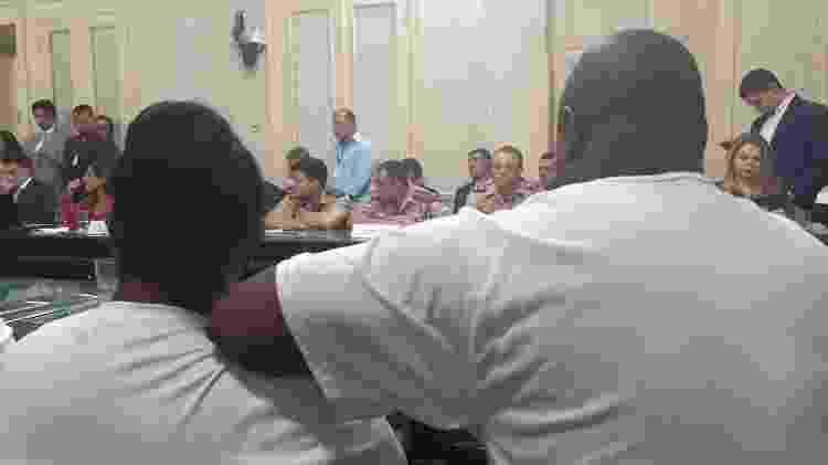 Pais de Pablo (de costas) durante a sessão da CPI que tratou do incêndio no Ninho do Urubu - Leo Burlá / UOL Esporte - Leo Burlá / UOL Esporte