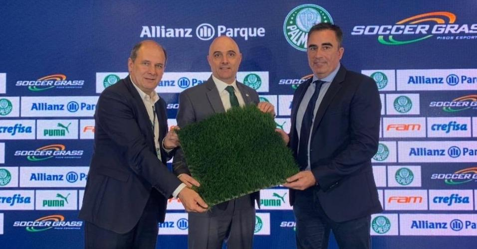 Luis Davantel, Maurício Galiotte e Alessandro Oliveira seguram o novo gramado do Allianz Parque