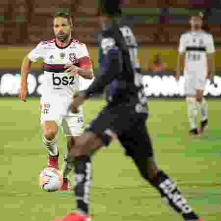 Diego conduz a bola no empate entre Flamengo e Independiente del Valle - Alexandre Vidal/Flamengo