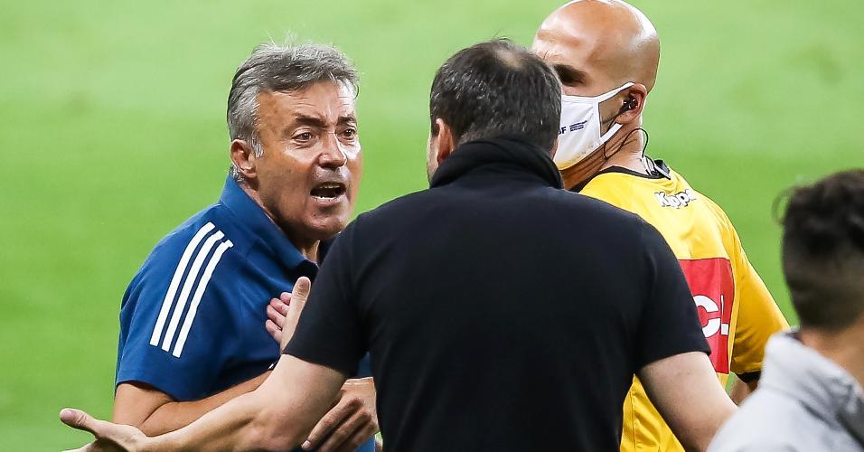 Domenec Torrent e Eduardo Coudet discutem durante a partida entre Inter e Flamengo