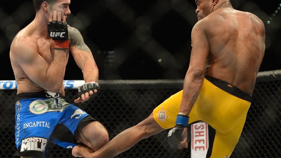 Anderson Silva (dir), quebra a perna esquerda, durante a luta contra o lutador Chris Weidman - Jayne Kamin/Oncea- USA Today Sports