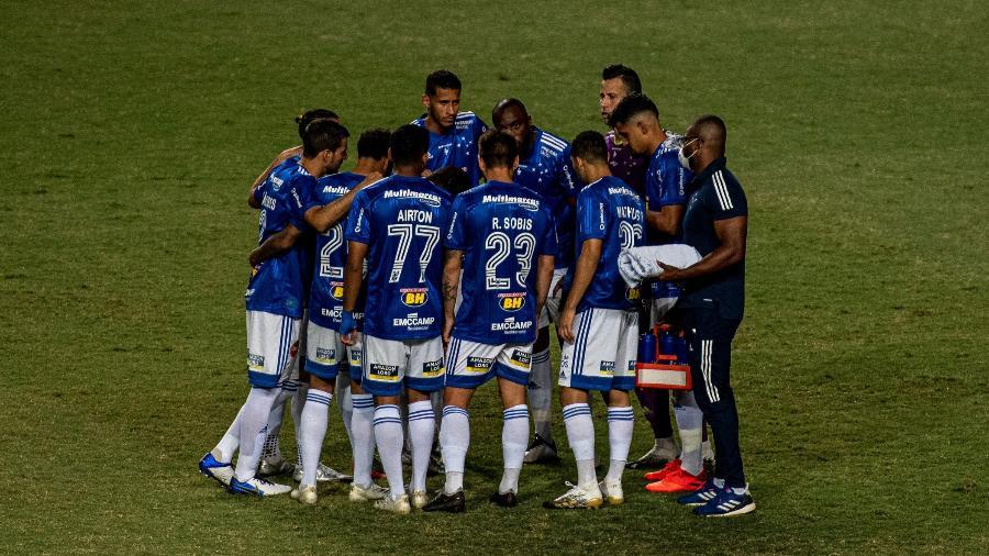 Jogadores do Cruzeiro se reúnem no gramado antes de partida contra o Operário-PR - Alessandra Torres/AGIF