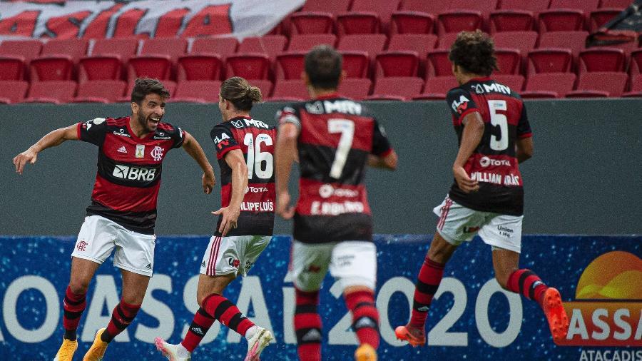 Pepê, meia do Flamengo, comemora seu gol diante do Palmeiras com seus companheiros - Alexandre Vidal/Flamengo