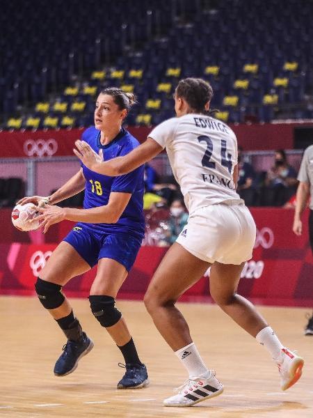 Duda Amorim em ação pela seleção brasileira de handebol contra a França nas Olimpíadas de Tóquio  - Gaspar Nobrega/COB