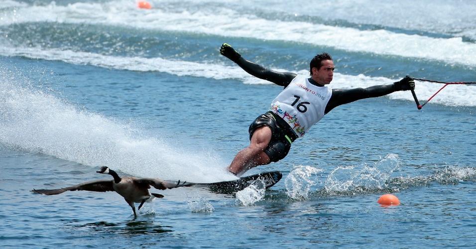 Chileno Felipe Miranda teve companhia de gansos durante a prova do slalom masculino do esqui aquático