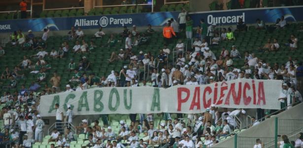 Torcida organizada do Palmeiras protesta contra o time por conta da goleada sofrida contra a Chapecoense - Ernesto Rodrigues/Folhapress