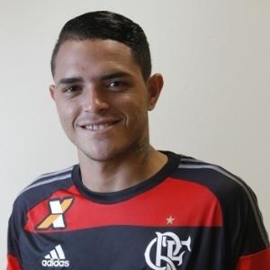 Thiago Santos, atacante do Flamengo, renova contrato