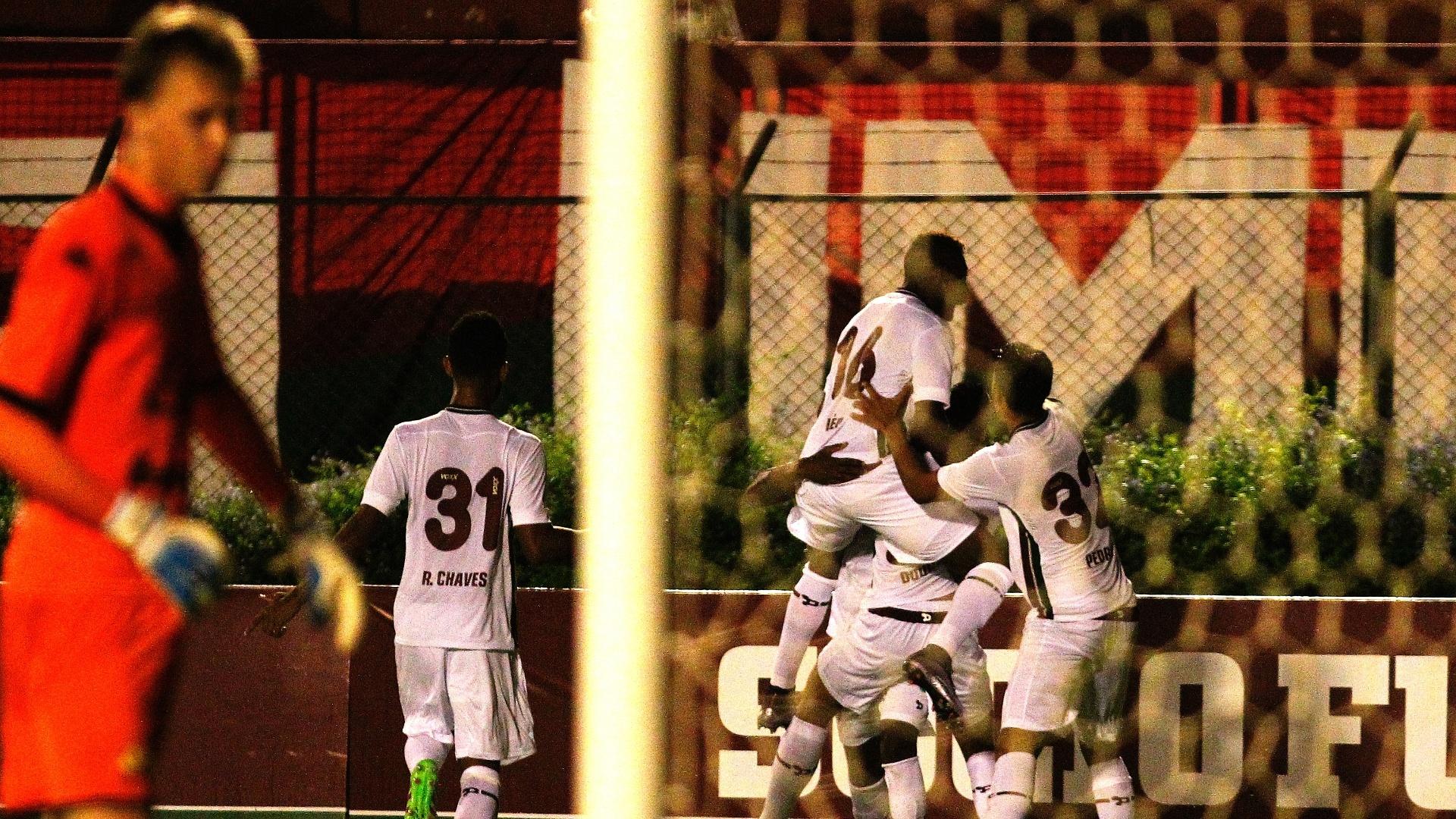 Gerson marca para o Fluminense e jogadores comemoram na partida contra o Criciúma, na Primeira Liga