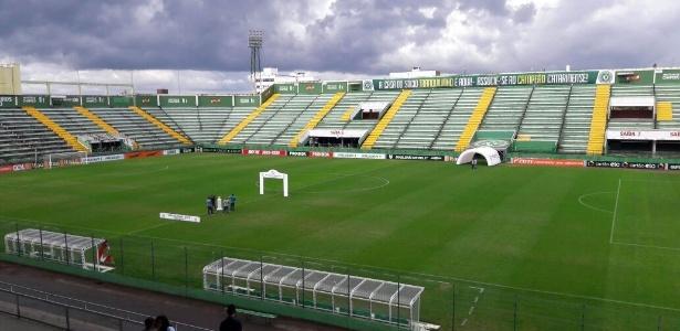 Arena Condá foi preparada para jogo pela CBF, com túneis e placas de publicidade