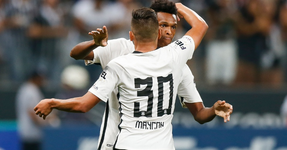 Jô festeja com Maycon gol da vitória do Corinthians sobre o Palmeiras