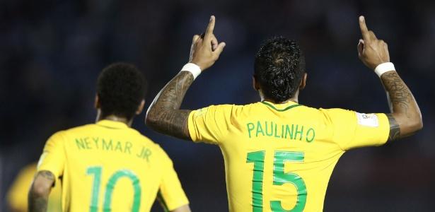 Paulinho comemora ao lado de Neymar: seleção depende menos dele para marcar