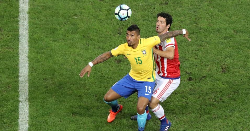Paulinho tenta se livrar de marcador paraguaio