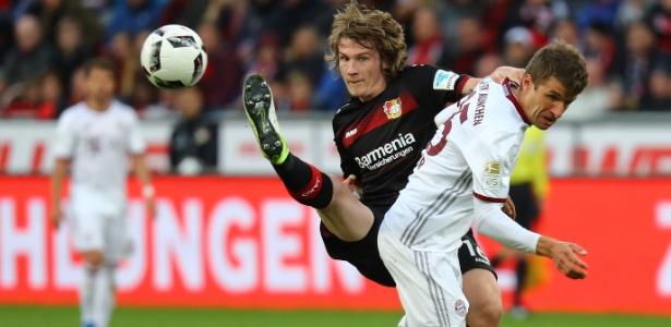 Muller, do Bayern de Munique, disputa bola com Jedvaj, do Bayer Leverkusen
