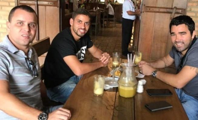 Gabriel e seu empresário, Frederico Faria, se reuniram recentemente com Deco