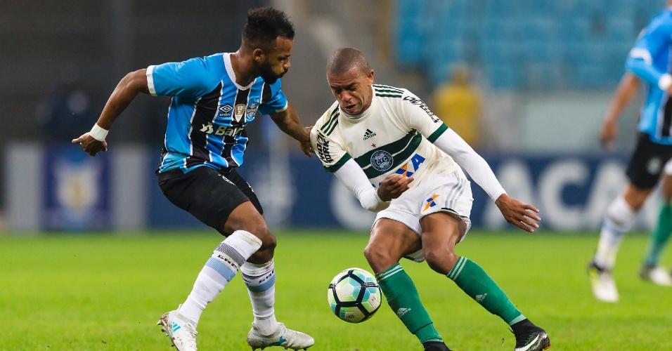 Fernandinho, do Grêmio, é acompanhado de perto por Márcio do Coritiba