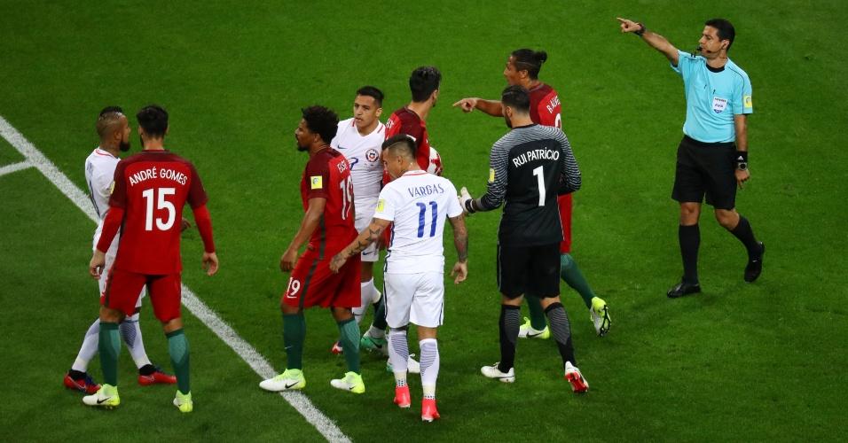 Jogadores de Portugal e Chile se estranham no começo da partida