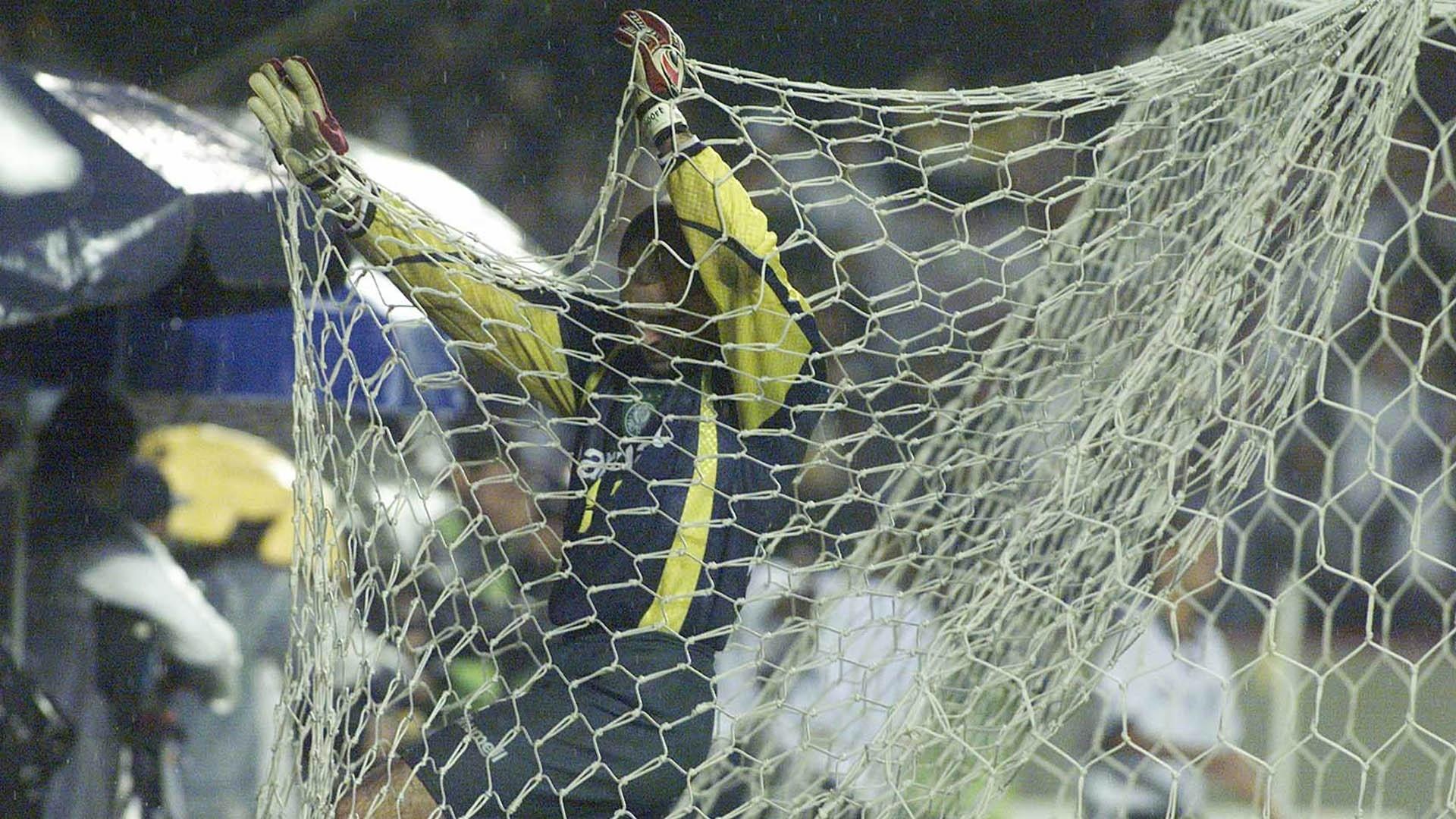 O goleiro palmeirense Marcos busca a bola no fundo da rede após a marcação do segundo gol do Corinthians na final do Campeonato Paulista de 1999