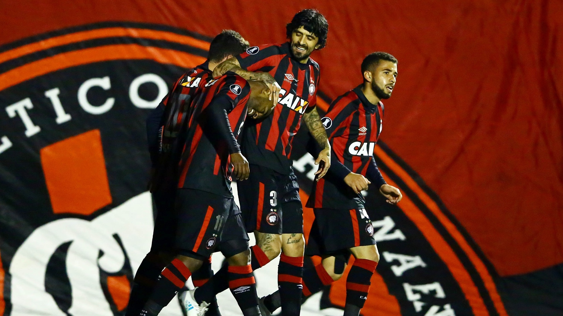 Jogadores do Atlético-PR comemoram gol de Nikão diante do Santos em jogo na Vila Capanema pelas oitavas de final da Libertadores 2017