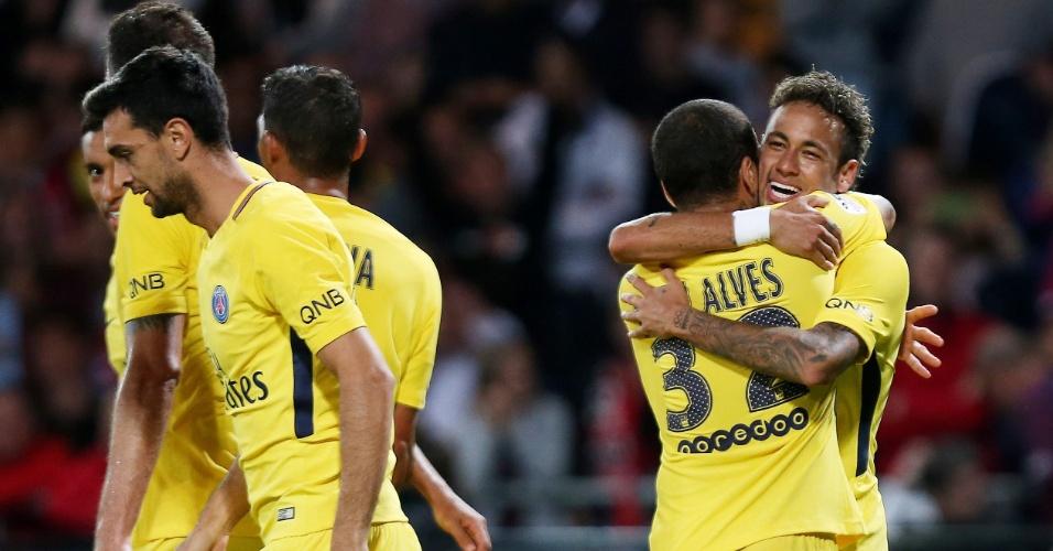 Neymar abraça Daniel Alves após gol pelo PSG