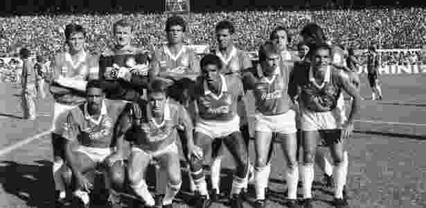 Nilson, agachado (no centro), pousa para foto em time do Internacional do fim da década de 80 - Arquivo pessoal - Arquivo pessoal