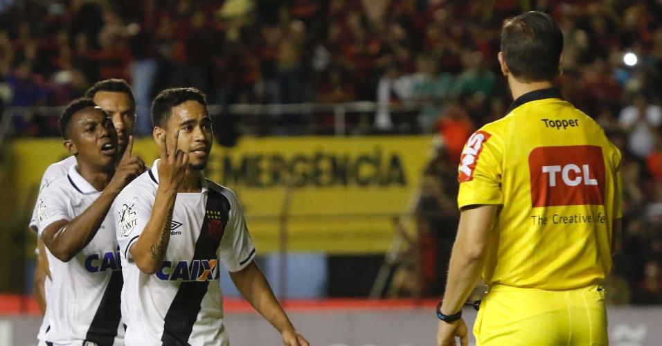 Jogadores do Vasco protestam contra a marcação de pênalti para o Sport