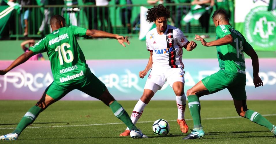 Willian Arão domina a bola pelo Flamengo e é cercado por Douglas e Fabrício Bruno, da Chapecoense