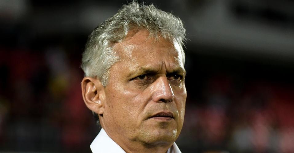 O técnico Reinaldo Rueda orienta o Flamengo em jogo contra o Cruzeiro pelo Campeonato Brasileiro