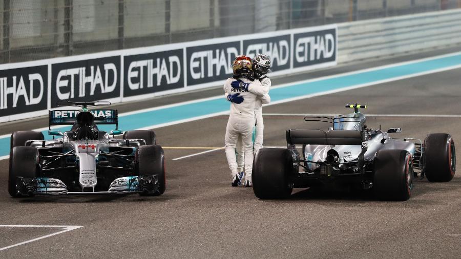 Valtteri Bottas recebe abraço de seu companheiro Lewis Hamilton após vencer o GP de Abu Dhabi - AFP PHOTO / Karim Sahib