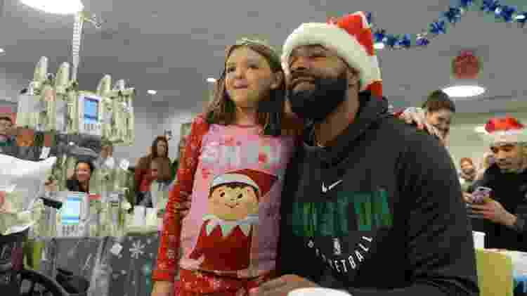 Marcus Morris posa com Diane no Hospital Infantil de Boston em evento natalino - Darren McCollester/Getty Images for Boston Children's Hospital - Darren McCollester/Getty Images for Boston Children's Hospital