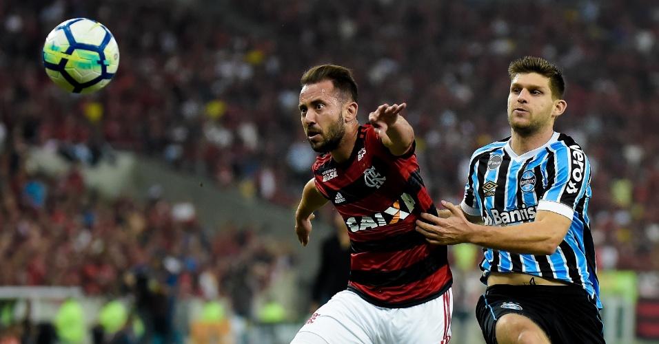 Everton Ribeiro lida com a marcação de Kannemann em jogo entre Flamengo e Grêmio
