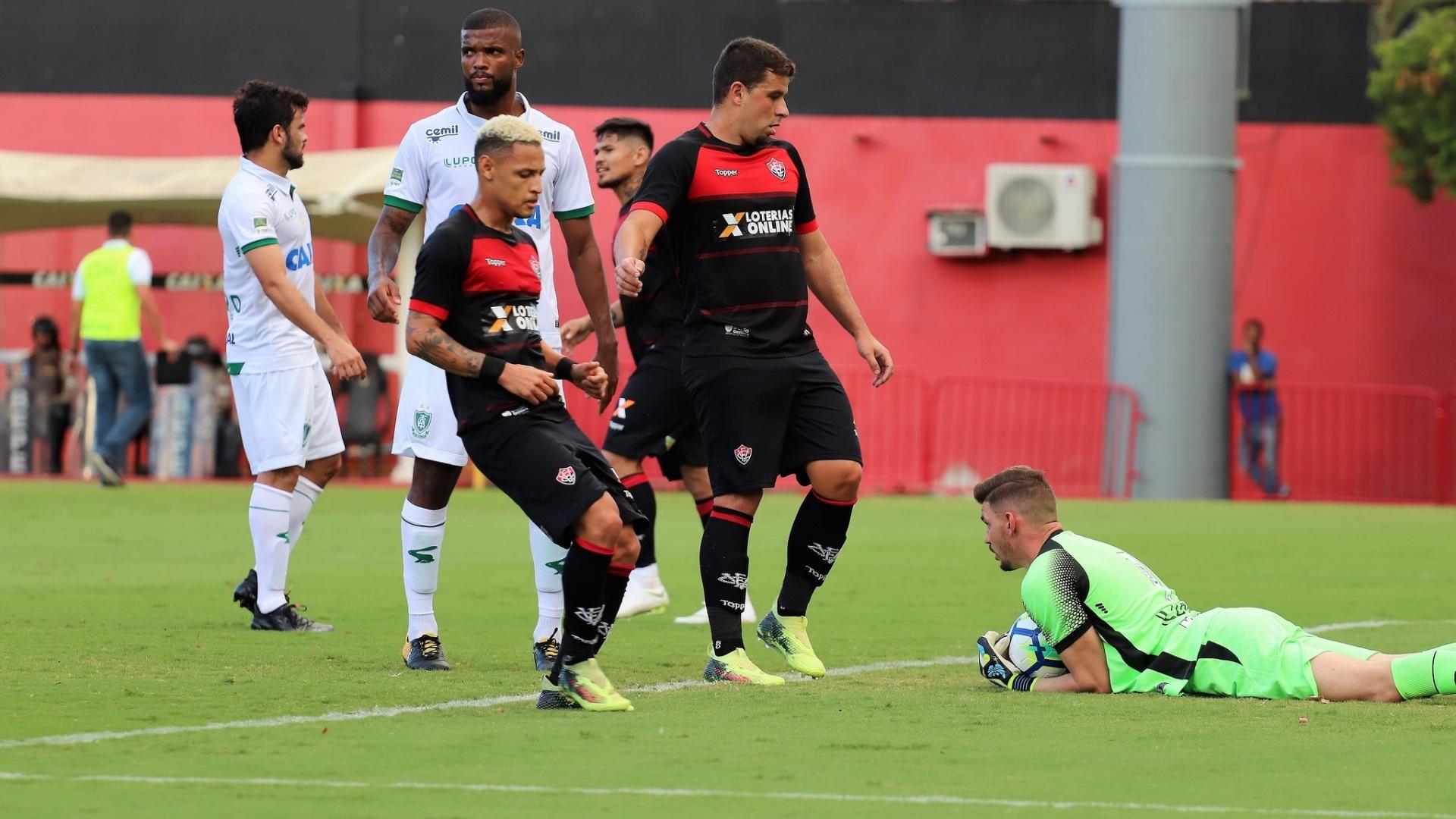 Goleiro do América-MG fica com a bola durante jogo contra o Vitória