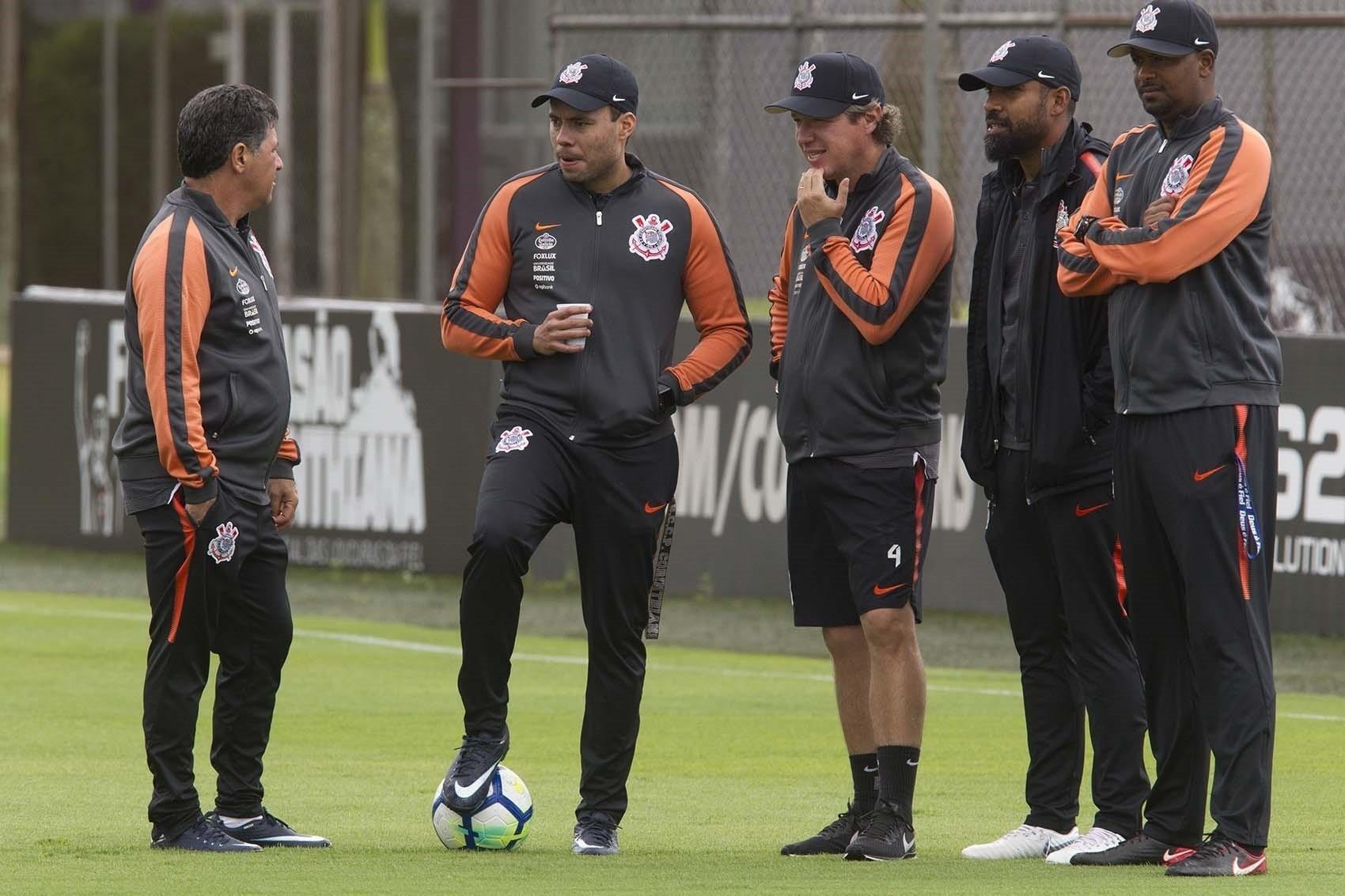 Volta de Carlos define se Corinthians repete time pela 1ª vez com Jair -  20 11 2018 - UOL Esporte 60f5716c3a3a7