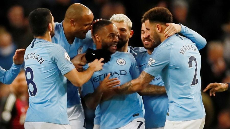 Sterling é celebrado por companheiros por marcar três gols na vitória do City - JASON CAIRNDUFF/Action Images via Reuters