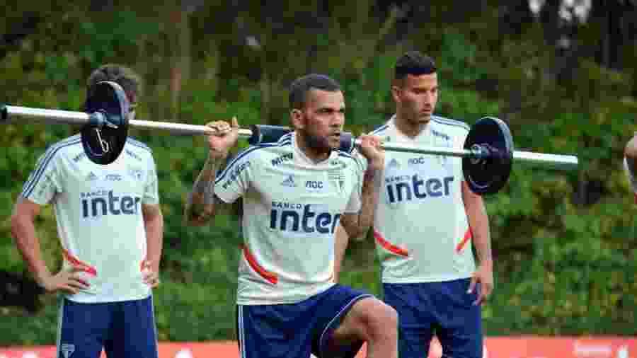 Lateral Daniel Alves levanta peso durante treino do São Paulo no CT da Barra Funda - Reprodução/Twitter