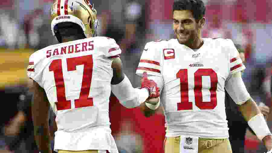 Quarterback Jimmy Garoppolo comemora com Emmanuel Sanders em jogo do San Francisco 49ers contra o Arizona Cardinals  - Ralph Freso/Getty Images/AFP