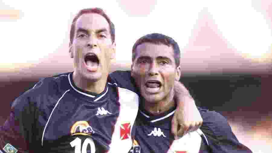 Edmundo e Romário celebram gol marcado pelo Vasco contra o Manchester United no Mundial 2000 - Antônio Gaudério/Folhapress