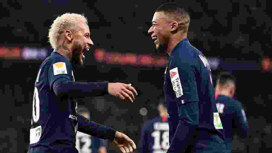 Neymar abraça Mbappé e comemora gol do PSG sobre o Saint-Etienne - Anne-Christine POUJOULAT / AFP