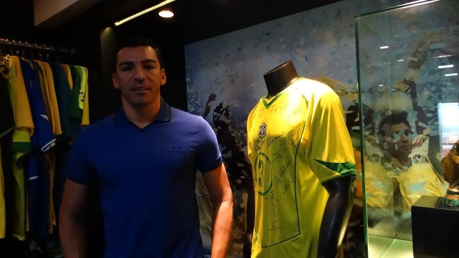 Lúcio ao lado da camisa do título da Copa do Mundo com a seleção brasileira - Marinho Saldanha/UOL