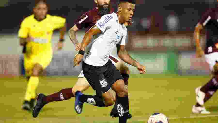 Arthur Gomes, do Santos, em partida contra a Ferroviária pelo campeonato Paulista - Thiago Calil/AGIF