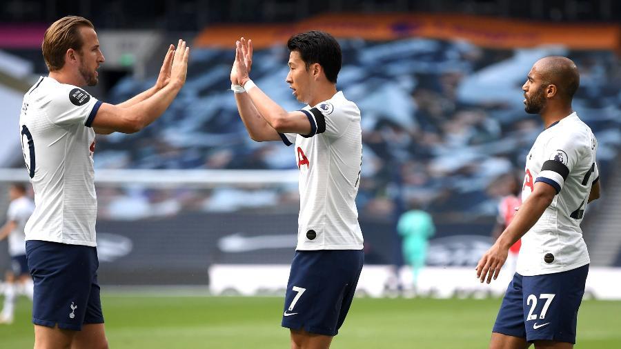 Son comemora com Harry Kane e Lucas Moura após marcar pelo Tottenham sobre o Arsenal - Michael Regan/Getty Images