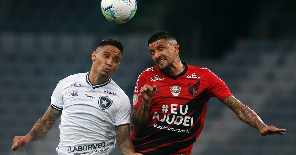 Luiz Otávio e Lucho González disputam lance pelo alto