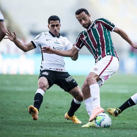 Nenê encara a marcação dupla de Gabriel e Lucas Piton durante Fluminense x Corinthians pelo Brasileirão 2020 - Jorge Rodrigues/AGIF