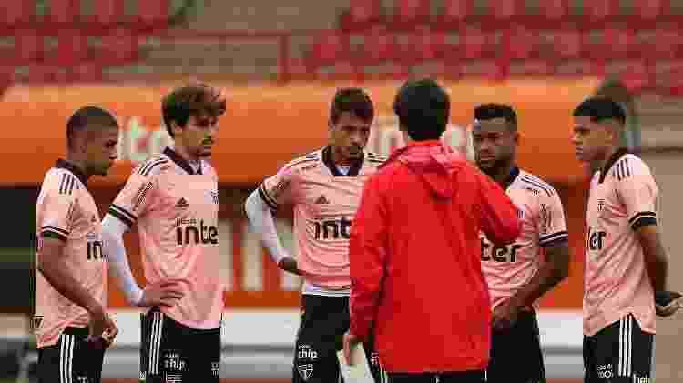 Fernando Diniz conversa com jovens do elenco do São Paulo durante treinamento - Rubens Chiri / saopaulofc.net - Rubens Chiri / saopaulofc.net