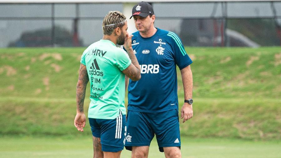 Gabigol conversa com Rogério Ceni. Artilheiro joga contra o ex-clube - Alexandre Vidal/Flamengo